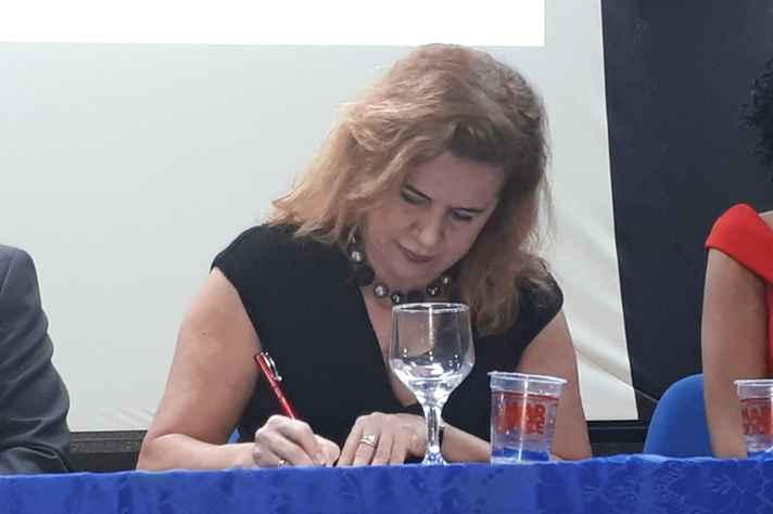 Sandra Goulart Almeida durante a assinatura dos convênios: cooperação com a África