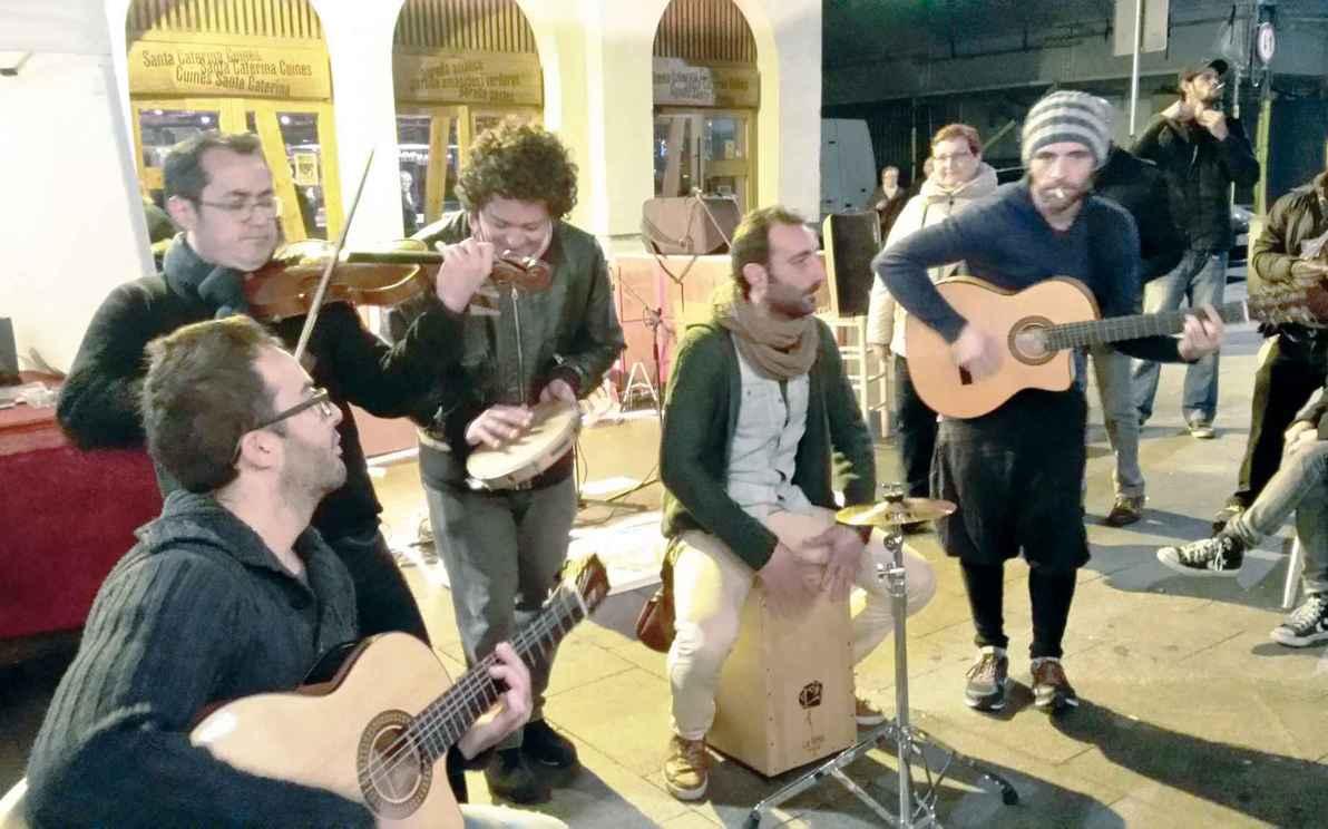Grupo de músicos italianos em frente ao Mercado Santa Caterina, em Barcelona