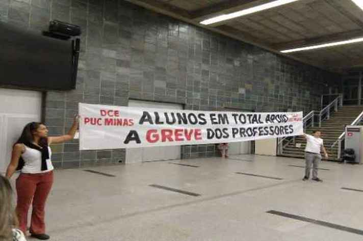 Alunos da PUC Minas em apoio a professores grevistas