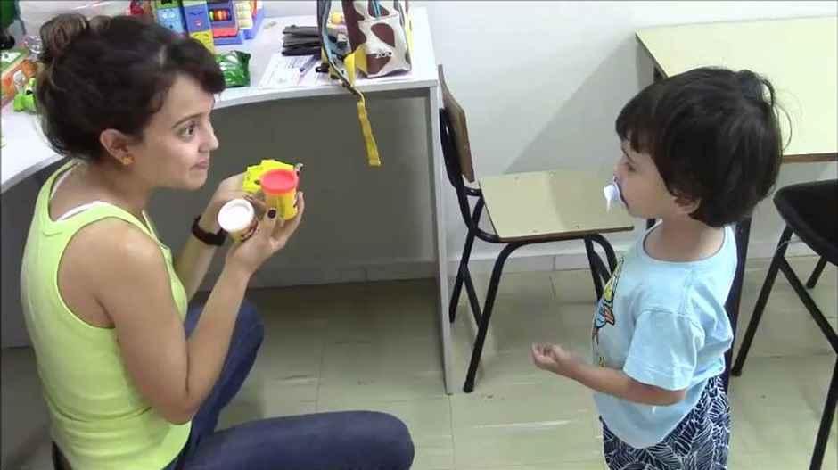 Acadêmica de Psicologia fazendo intervenção com uma criança no Lead