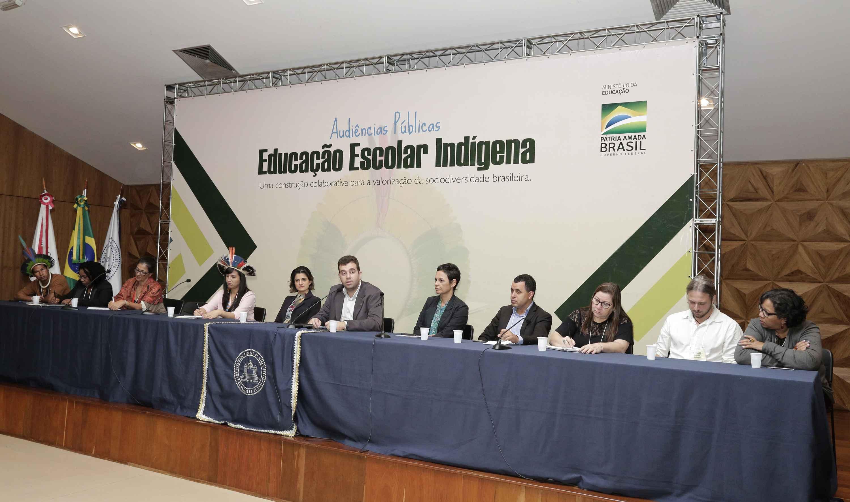 Bernardo Goytacazes (ao microfone), secretário de Modalidades Especiais, abriu o encontro; a pró-reitora de extensão, Claudia Mayorga (à esquerda do secretário), representou a UFMG