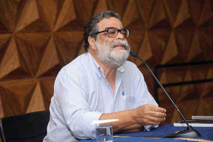 João Antonio de Paula: crises