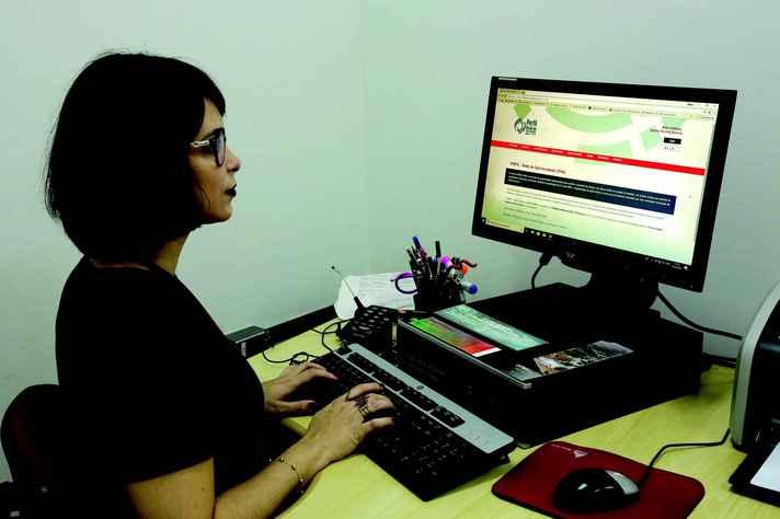 Tatiana Queiroz consulta a ferramenta, que tem 467 empresas credenciadas