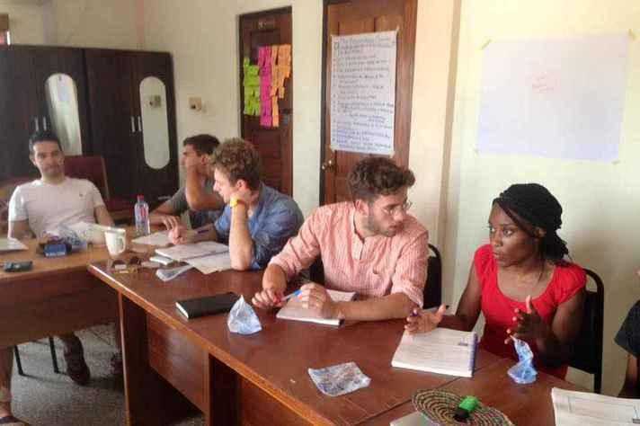 Reunião de trabalho em Cape Coast: consultoria de negócios para empresas africanas