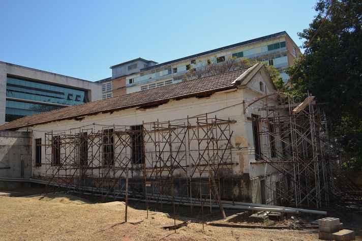 Fachada do prédio do Coleginho; paredes estão escoradas para evitar desabamento da edificação