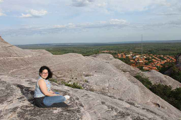 Tamires Coêlho na Serra das Confusões, com a cidade de Guaribas, no Piauí, ao fundo