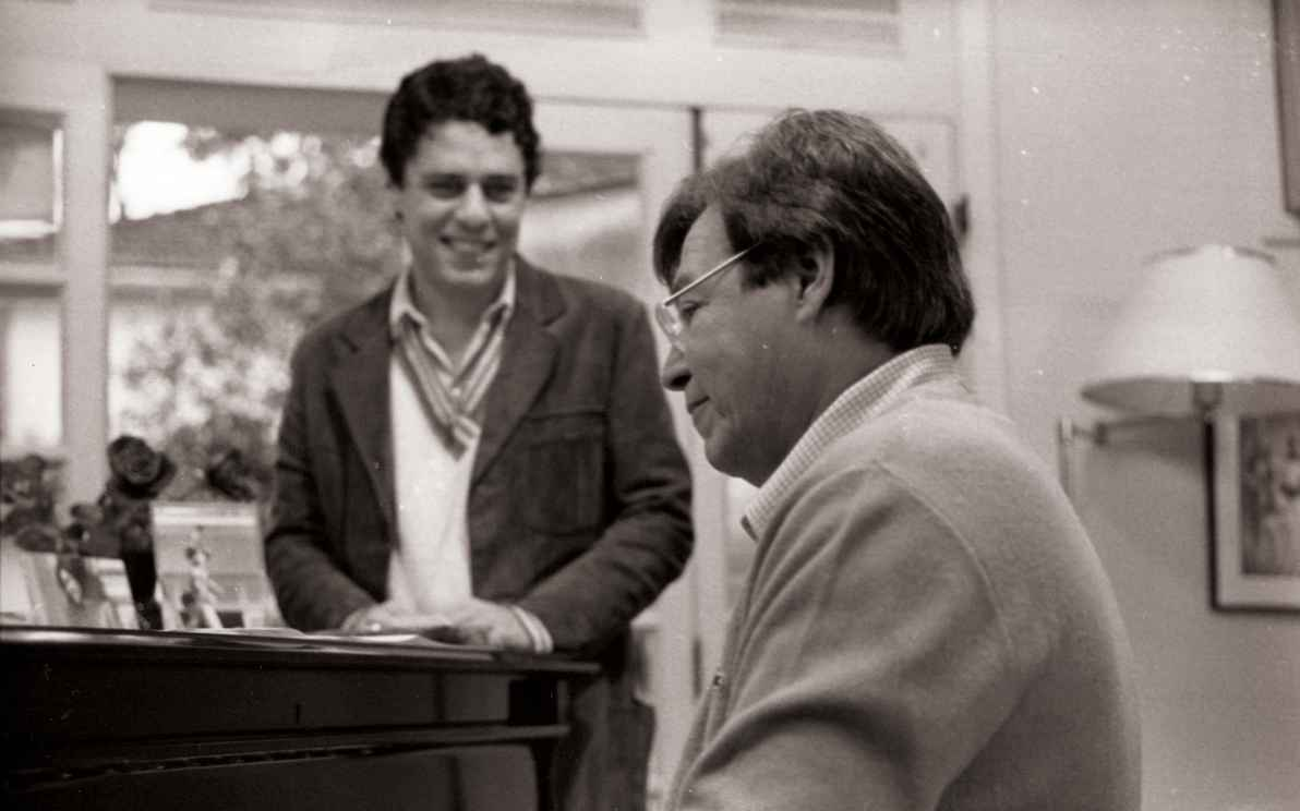 Tom Jobim (ao piano) com Chico Buarque: intérprete do Brasil