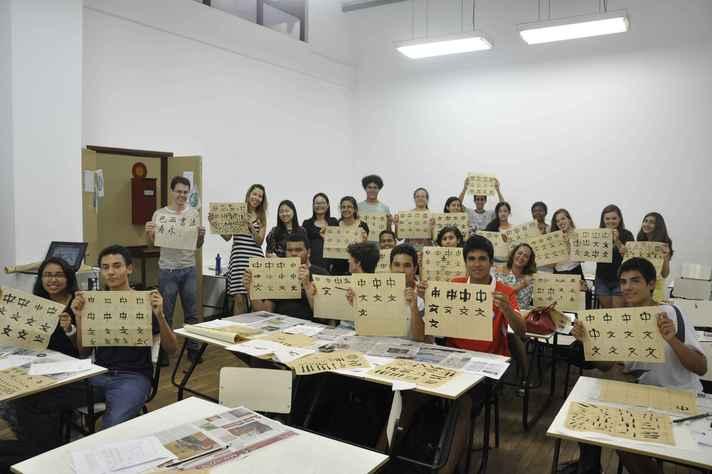 Turma do Instituto Confúcio praticando caligrafia chinesa