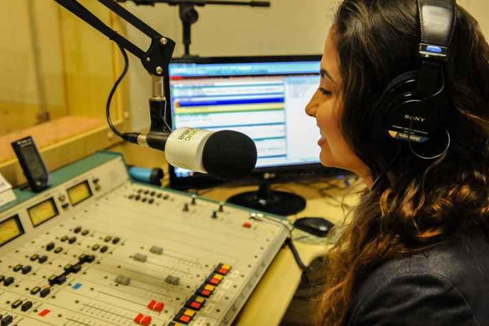Jornalista Alicianne Gonçalves será uma das responsáveis pela apresentação e produção dos boletins de notícias