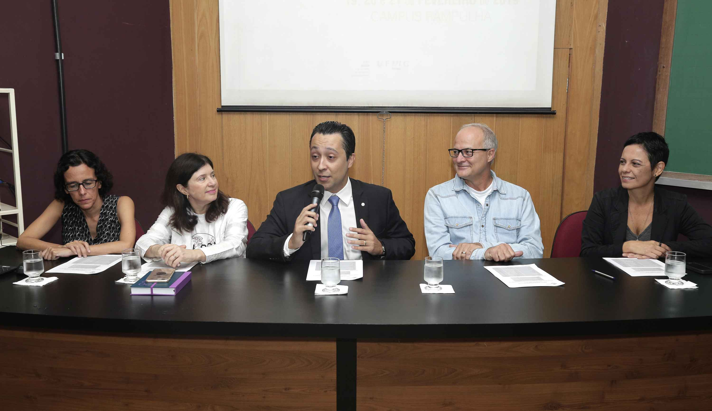 Equipe da Diretoria de Relações Internacionais e pró-reitores recepcionam os estudantes estrangeiros