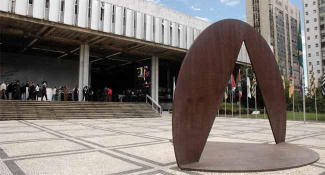 Acesso ao Palácio da Inconfidência, sede da ALMG; em primeiro plano, escultura de Amílcar de Castro