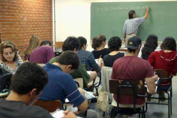 Alunos se reúnem em sala aula do Idiomas sem Fronteiras no ano passado.