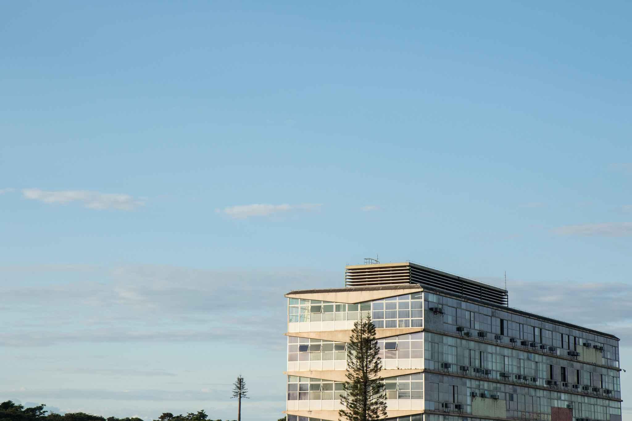 Vista do prédio da Reitoria, no campus Pampulha
