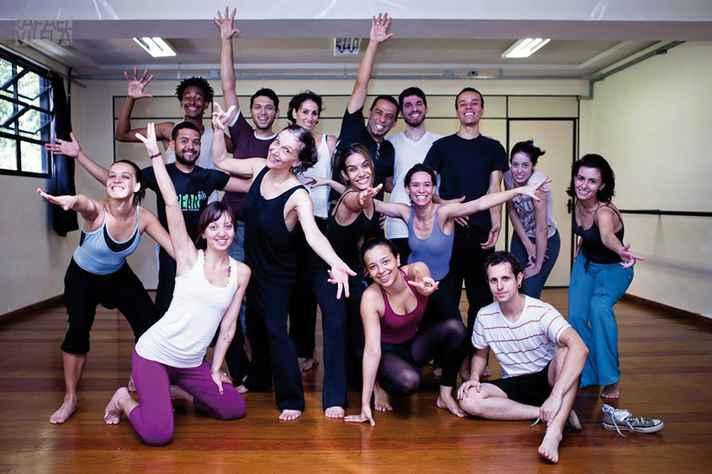 Sonia Mota (de preto, em primeiro plano) e os primeiros alunos da licenciatura em Dança: oportunidade  de registrar explicações teóricas sobre as aulas