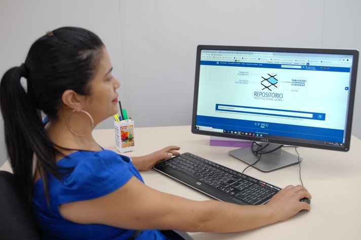 Izabel de Araújo, coordenadora do repositório na BU: customização de metadados