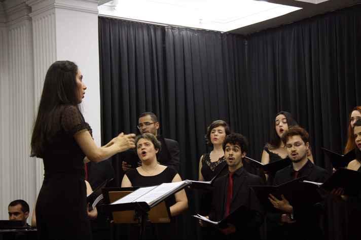 A maestrina Riane Menezes estará à frente do concerto dia 8