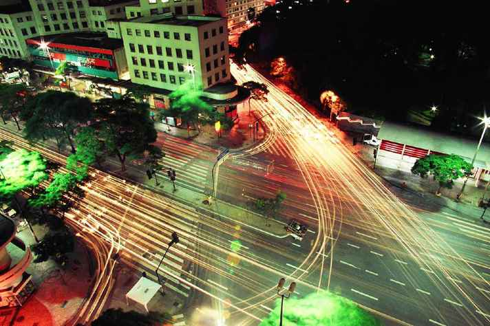 Cruzamento entre a Avenida Afonso Pena e a Rua Bahia, visto do Othon Palace Hotel, no centro de Belo Horizonte