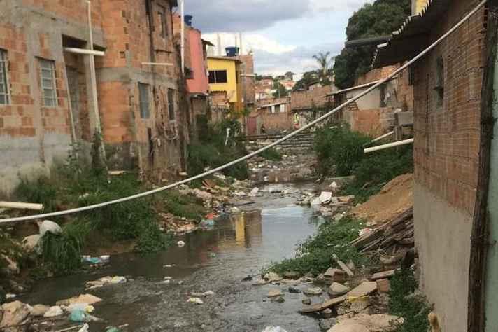 Na Região da Venda Nova, em BH, os moradores da Vila do Índio sofrem com a falta de coleta de esgoto adequada. Os dejetos são lançados em um córrego que atravessa a comunidade