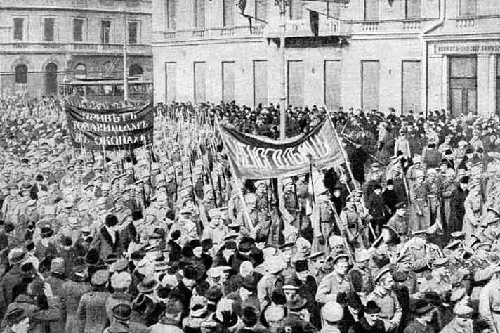 Soldados e civis se manifestando durante a Revolução, em 1917