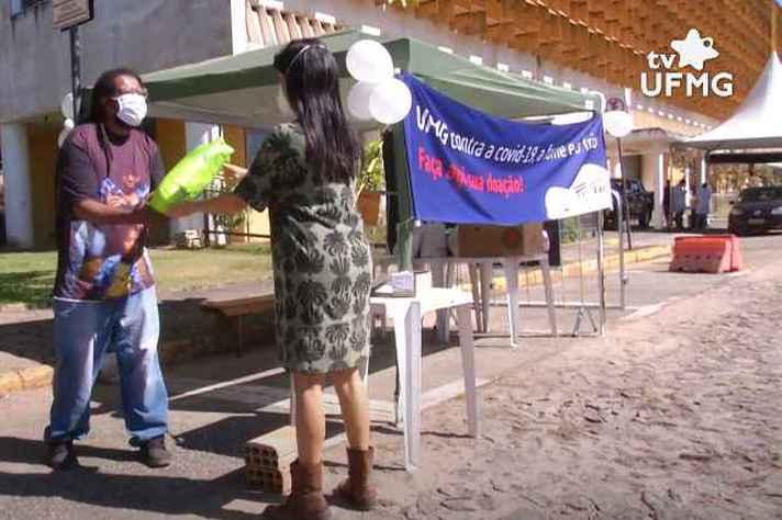 Campanha mobiliza população que recorre ao 'drive thru' do campus Pampulha para se vacinar