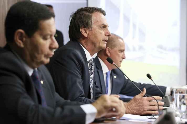 Presidente Jair Bolsonaro, entre o vice, General Mourão, e secretário da Casa Civil, Onyx Lorenzoni