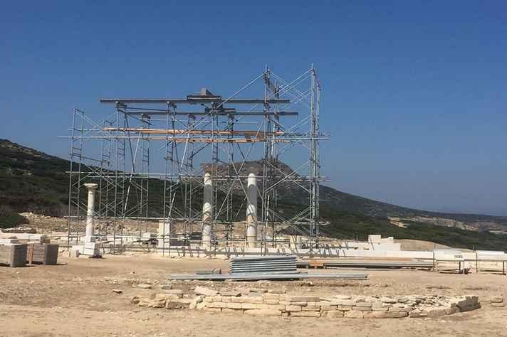 Templo de Apolo em reconstrução, na ilha de Despotikó