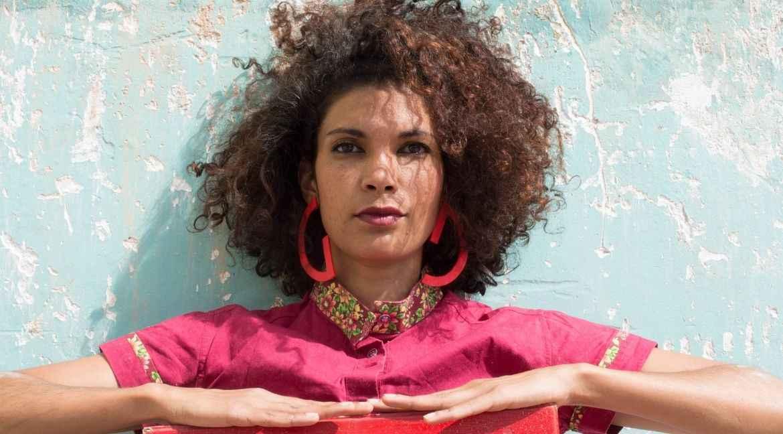 Flaviane Lopes apresenta o espetáculo solo LOA