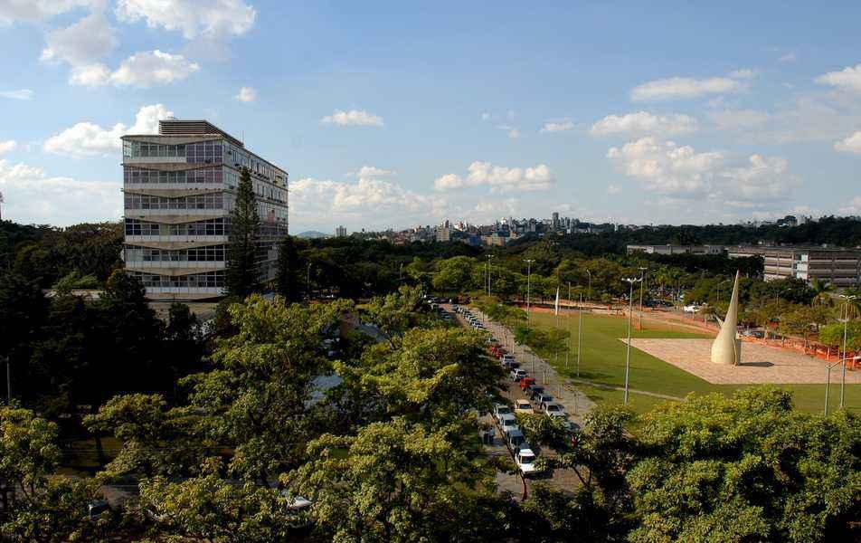 Vista parcial do campus Pampulha com o prédio da Reitoria à esquerda