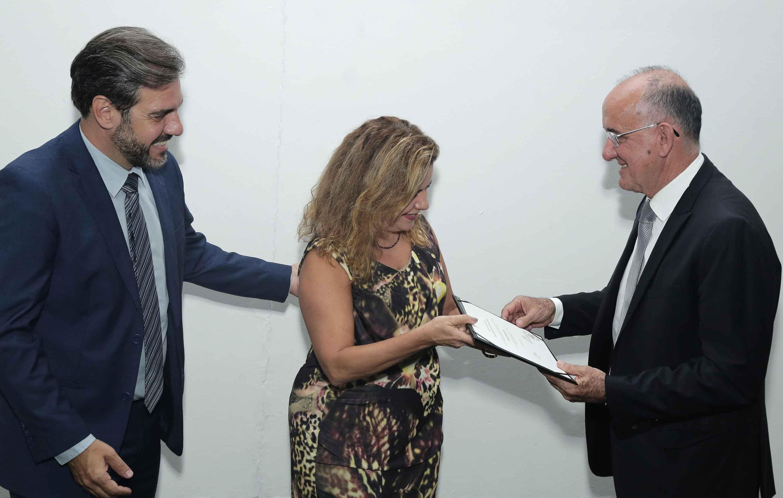 Emerson Silami (à direita) recebeu o diploma da reitora Sandra Goulart Almeida e do diretor Gustavo Côrtes