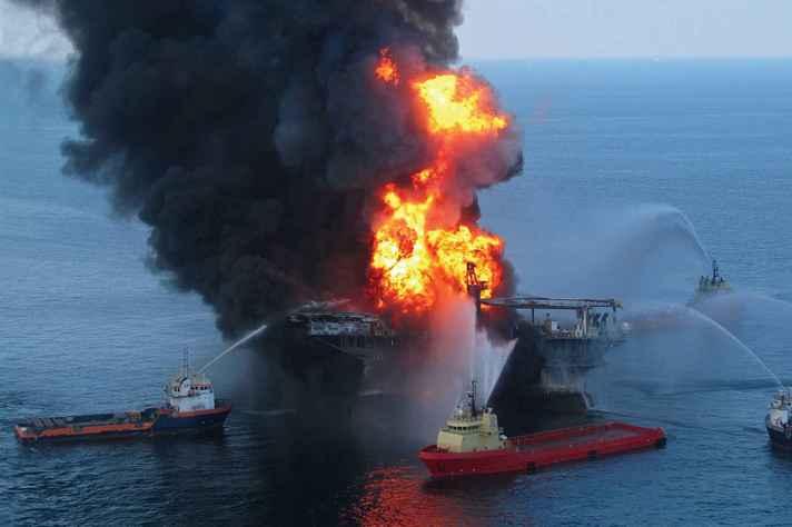 Explosão de plataforma de petróleo nos Estados Unidos, em 2010: redes sensores aquáticas podem detectar riscos ou mitigar impactos de acidentes dessa natureza