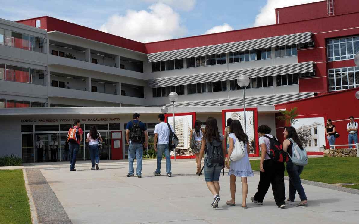 Estudantes chegam ao prédio da Face, sede do curso de Administração, uma das sete graduações da UFMG no topo de suas áreas no ranking