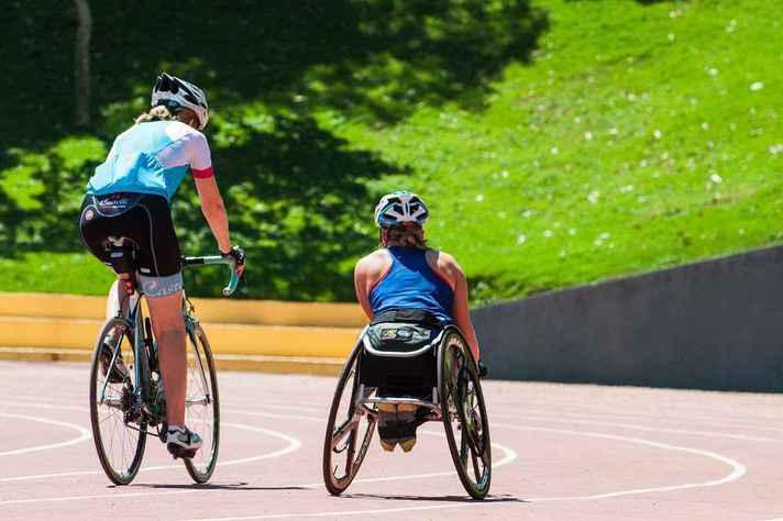 Atletas em ação na pista de atletismo do Centro de Treinamento Esportivo