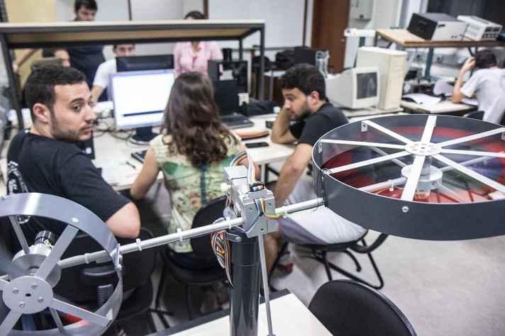 Estudantes do curso de Engenharia de Controle e Automação da UFMG em atividade de ensino antes da pandemia