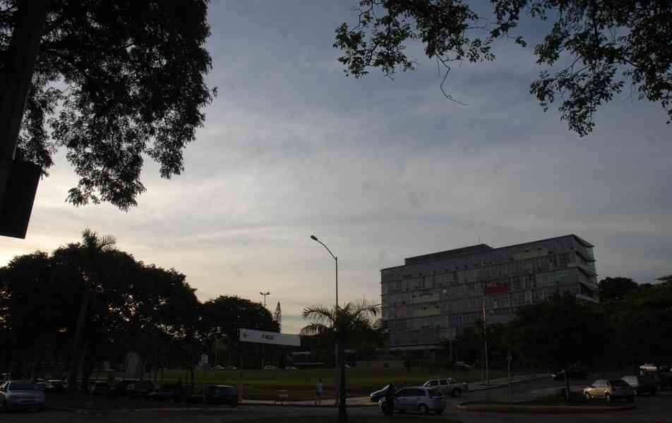 Campus Pampulha ao anoitecer com prédio da Reitoria ao fundo: