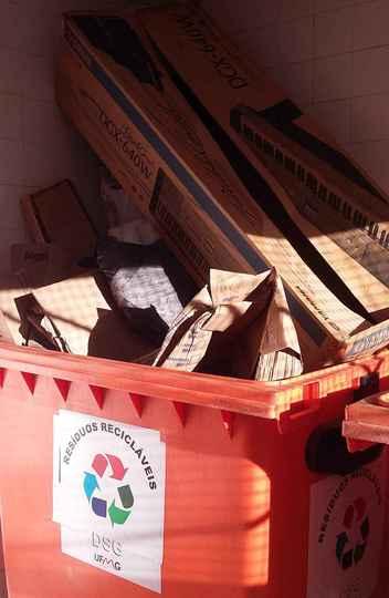 Coletor de material reciclável no campus Pampulha: