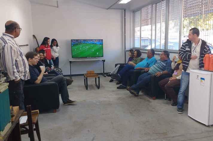 Comunidade universitária se reúne no Espaço Oficina do Joarez para acompanhar os jogos da Copa