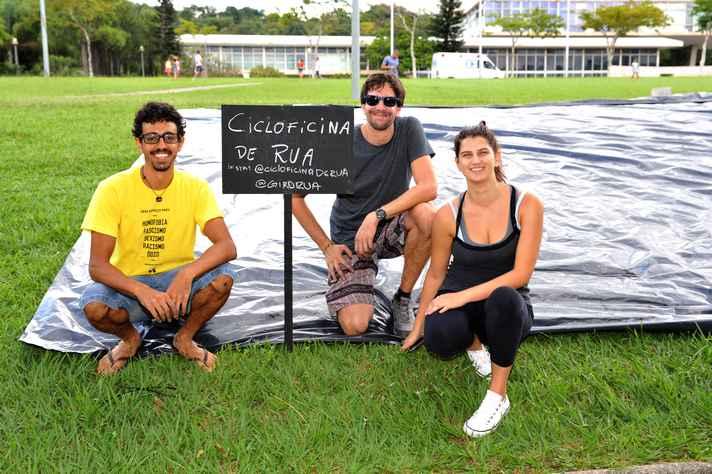 A turma do Cicloficina na Rua: João Pedro, Vinicius Pisco e Patrícia Viotti