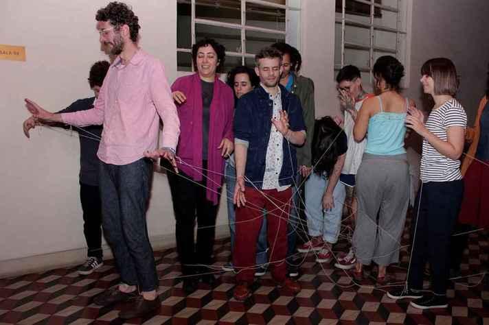Performance do grupo Escotoma, atração de estreia do podcast 'Residência artística'