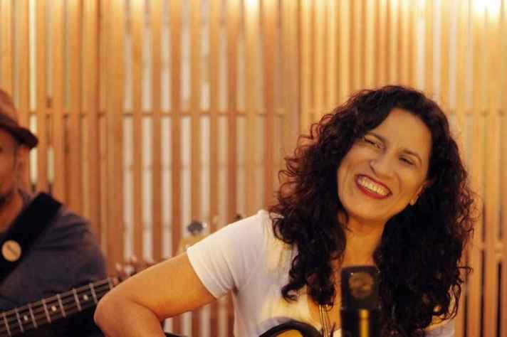 No quarto trabalho, Regina Souza deu vazão à veia compositora