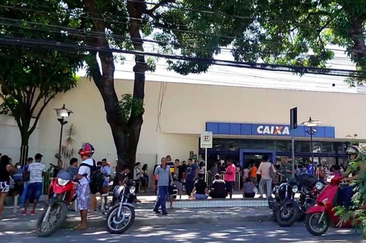 Isolamento desprezado: aglomeração em frente a uma agência bancária em Venda Nova