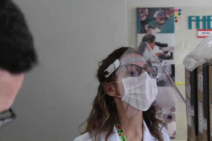 Protetor facial desenvolvido na Escola de Arquitetura possibilita o encaixe de viseiras de vários tamanhos e espessuras