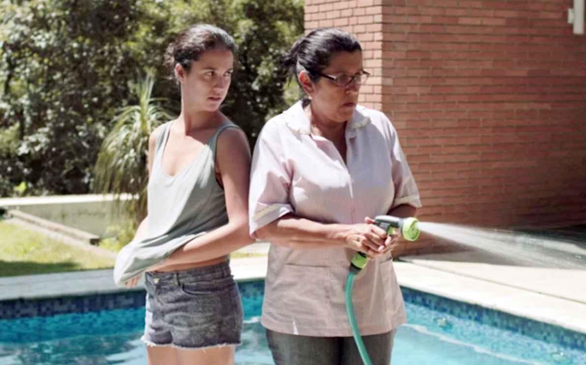 Camila Márdila e Regina Casé em cena do filme Que horas ela volta?, que aborda os conflitos entre uma empregada doméstica e seus patrões