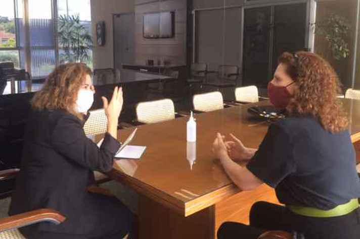 Sandra Goulart e Elizabeth Jucá reunidas no gabinete da reitora: