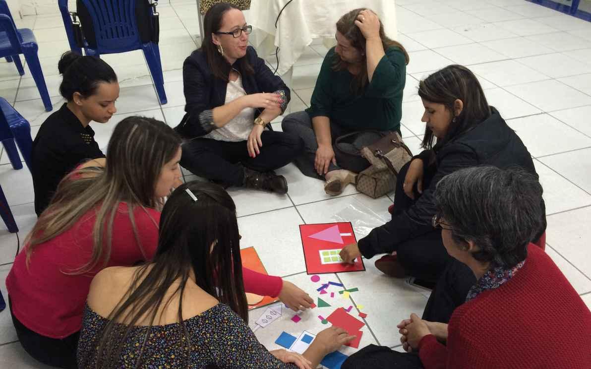 Participantes de atividade do projeto Aproxime-se, do Caed