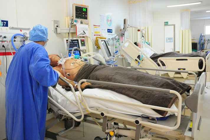 Profissional em UTI de hospital no Distrito Federal