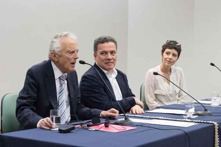 O reitor da UFMG, Jaime Arturo Ramírez, e a professora da Faculdade de Letras, Juliana Gambogi, participaram da abertura da palestra