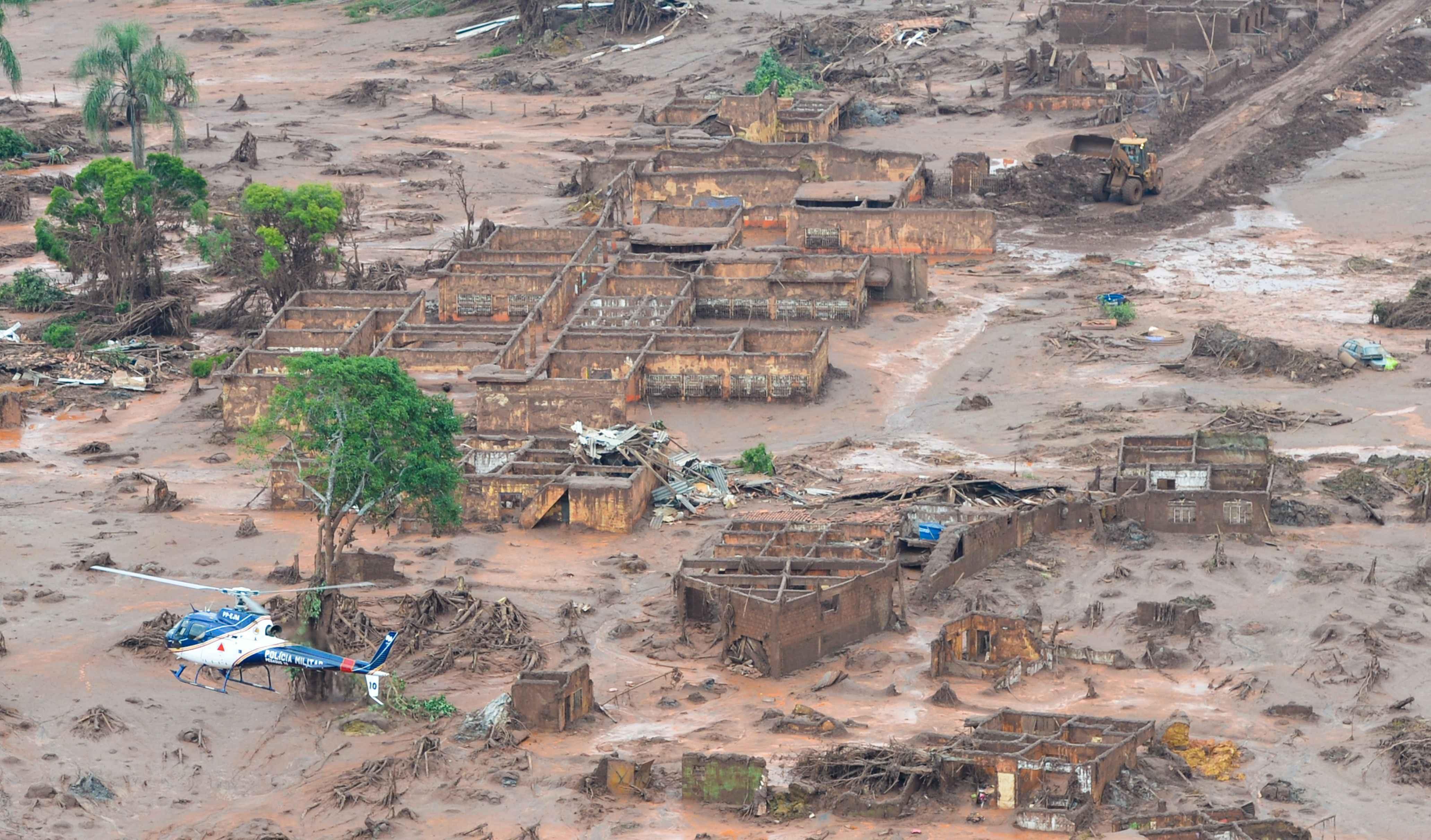 Vista aérea do distrito de Bento Rodrigues após o rompimento da barragem da Samarco, em novembro de 2015
