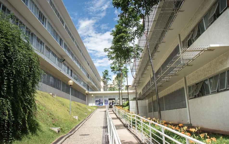 Rampa de acesso para a portaria da Escola de Engenharia