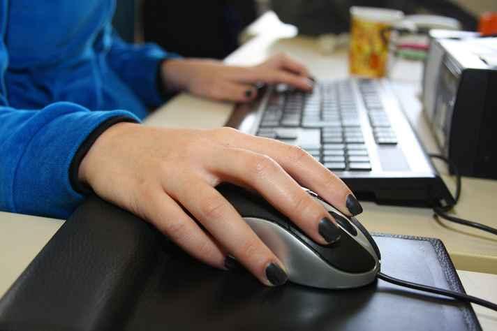 Mulheres enfrentam assédio e violência também no mundo virtual