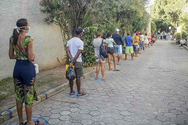 Fila em Recife para o saque do auxílio emergencial: desigualdade tem efeito potencializador sobre a pandemia